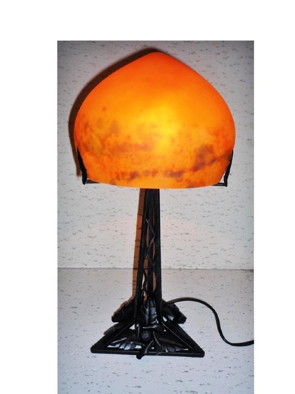 lampe art nouveau pied triangulaire pied fer forg lampe triangle pate de verre ronde orange. Black Bedroom Furniture Sets. Home Design Ideas