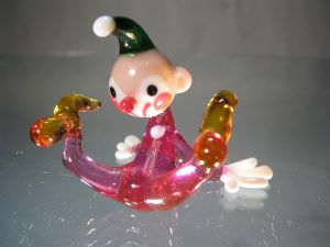 Petite Figurine Clown assis en Cristal de couleur rose